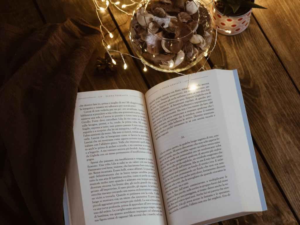 Livro aberto em cima de uma mesa.